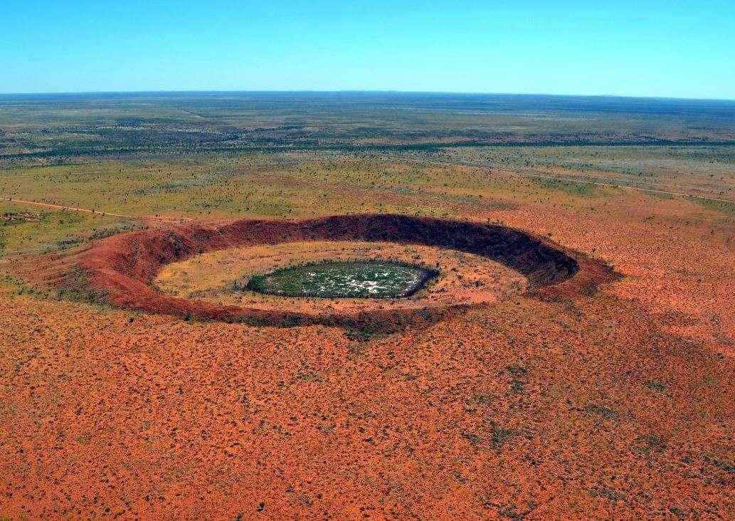 Le cratère de Wolfe Creek est un cratère météoritique situé dans l'État d'Australie-Occidentale. Il mesure 875 m de diamètre et 60 m de profondeur. L'impact serait survenu il y a moins de 300.000 ans au Pléistocène et c'est pourquoi il est facilement identifiable. Ce n'est pas le cas du double cratère d'impact supputé dans le bassin Warburton, en Australie-Méridionale, qui est quant à lui bien plus ancien. © Australia's North West