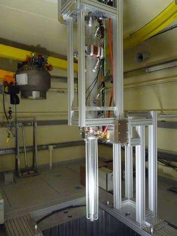 Insertion de la ligne verticale de l'accélérateur Genepi-3C dans le cœur du réacteur de Guinevere. © CNRS