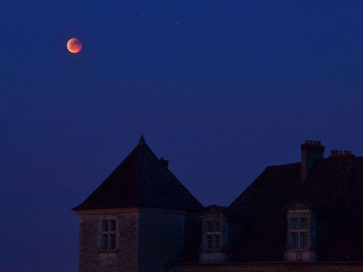 L'éclipse totale de Lune du 15 juin 2011 photographiée en Bourgogne. © J.-B. Feldmann