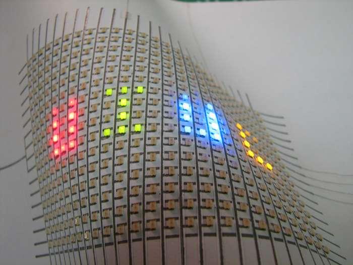 Les ingénieurs de l'Université de l'Illinois ont développé un stylo à encre conductrice contenant de l'argent qui permet d'écrire des circuits électriques avec des interconnexions directement sur le papier et d'autres surfaces. On voit ici toute une série de Led branchées sur un circuit écrit sur du papier. © Bok Yeop Ahn