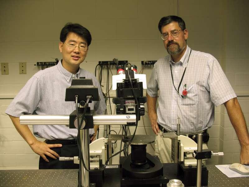 Les deux papas de la micro-pile, Jae Kwon et J.David Robertson. © 2009 University of Missouri