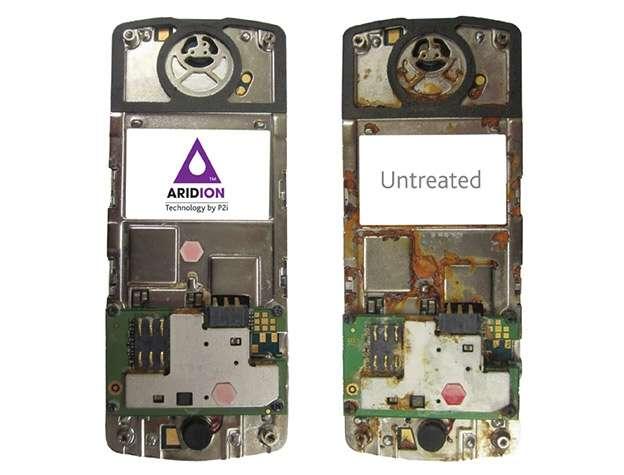 Deux téléphones après une immersion complète dans l'eau. L'un a été protégé par le revêtement de P2i, l'autre pas... © P2I