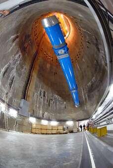 La vertigineuse descente du dernier aimant : cette opération a été répétée 1746 fois en deux ans pour descendre tous les aimants de la grande boucle du LHC. Crédits : CERN