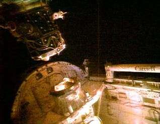 Discovery se détache de l'ISS (crédit : NASA TV)