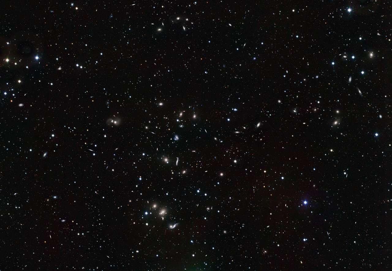 Grâce à la puissance de sa caméra OmegaCam, le VST est parvenu à photographier une multitude de galaxies dans le jeune amas Abell 2151. © ESO