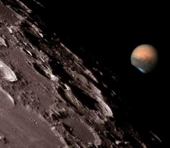 Sur cette image prise depuis l'observatoire de Clay Center Observatory de Bonita Springs (Floride) lors de la conjonction Mars-Lune du 17 Juillet, le disque de la Planète rouge passe derrière la Lune. Credit : Ron Dantowitz, Clay Center Observatory.