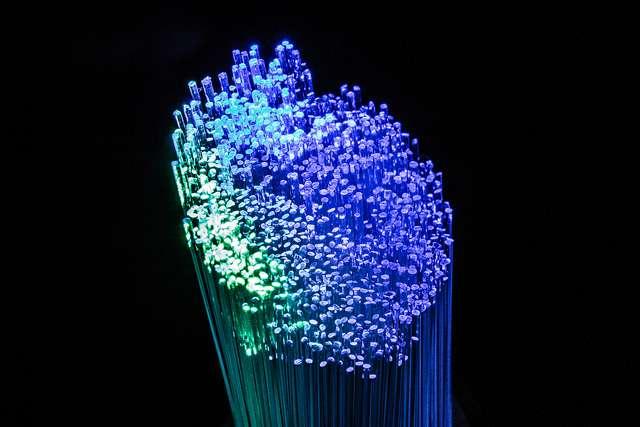 Une fibre optique est un fil de verre ou de plastique, transparent à la lumière visible qu'il peut donc conduire pour transmettre des données. La fibre optique permet un débit d'information bien supérieur à celui des câbles classiques et elle est aujourd'hui largement utilisée sur le réseau Internet. Les ordinateurs optiques pourraient fonctionner sur le même principe. © Groman123, Flickr, CC by-sa 2.0