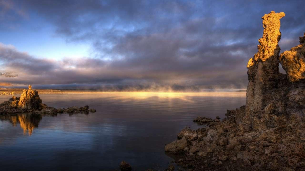 Le lac Mono en Californie est un exemple de lac hypersalin et hautement alcalin riche en arsenic. Il contient des tapis microbiens dans lesquels a été décrit un cycle complet d'oxydation et de réduction de l'arsenic en conditions anaérobies. © Nasa