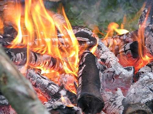 Les feux de bois sont sources de polluants atmosphériques : particules, monoxyde de carbone, hydrocarbures aromatiques polycycliques, etc. © Humanoide CC by-nc 2.0