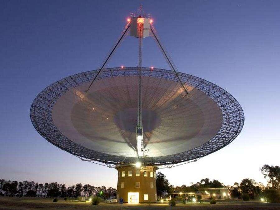 Le radiotélescope de Parkes a été combiné à d'autres radiotélescopes australiens pour des expériences de VLBI en 2007 dans le but d'écouter Gliese 581. © Shaun Amy (CSIRO Parkes Observatory)