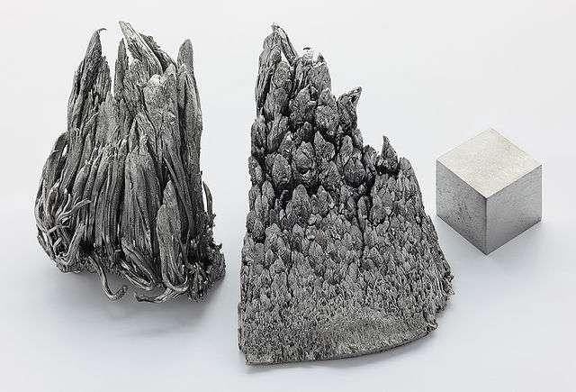 L'yttrium reste rare dans la nature. Ici, de l'yttrium pur à 99,99 % ainsi qu'un cube d'yttrium obtenu par soudage à l'arc. © Alchemiste-hp, Wikimedia Commons, CC by-nc-nd 3.0