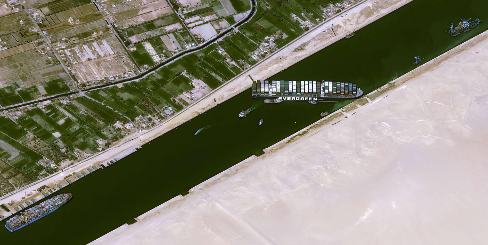 Le porte-conteneurs Ever Given, affrété par la compagnie Evergreen Marine Corp, est ici observé par un satellite à très haute résolution Pléiades. © Cnes 2021, Distribution Airbus DS