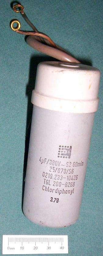 Le pyralène est une huile synthétique extrêmement toxique. Ici un condensateur contenant du pyralène. © Ulfbastel, Domaine public, Wikipedia Commons