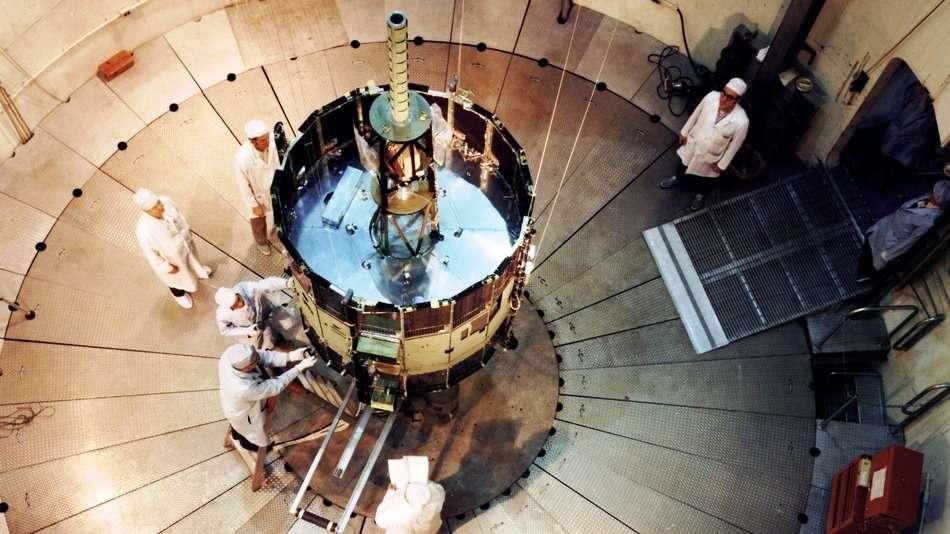 Une vue de la préparation de la sonde ISEE-3 (International Sun-Earth Explorer-3). Après avoir étudié l'activité du Soleil, elle a été rebaptisée ICE (International Cometary Explorer) avec comme objectif l'étude de deux comètes. Mission conjointe de la Nasa et de l'Esa, elle était sur une orbite de garage autour du Soleil depuis 1997. © Nasa