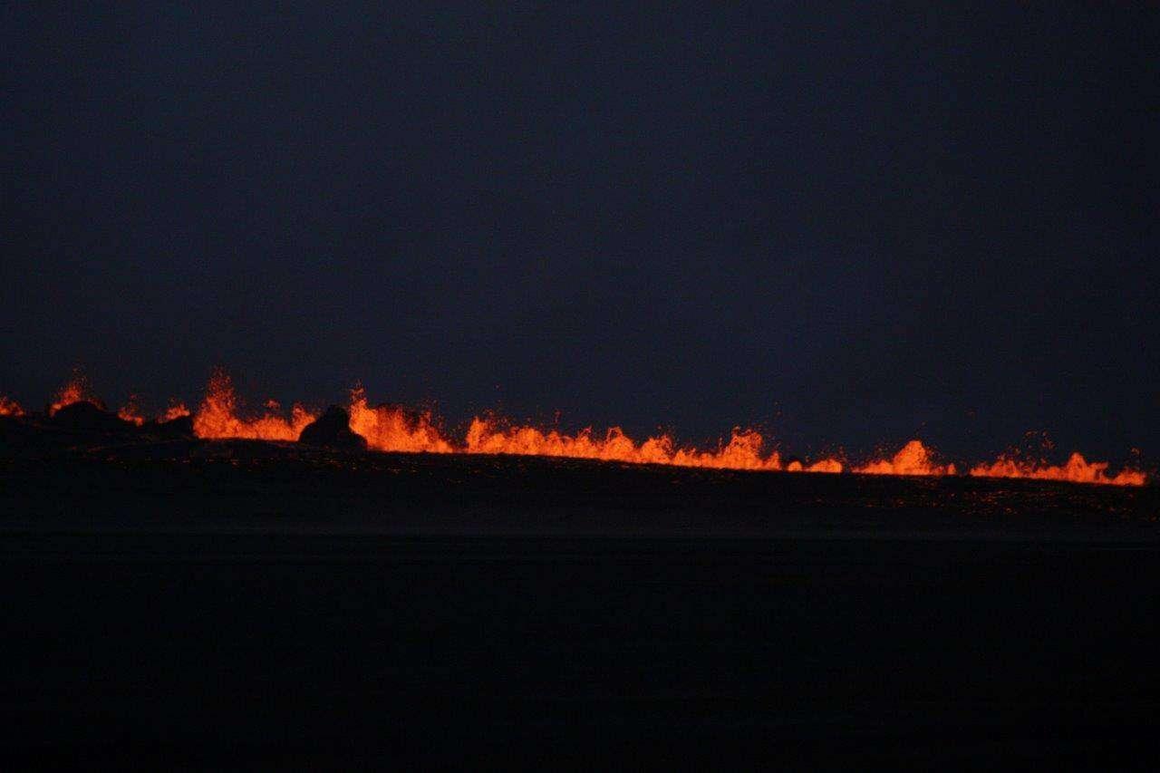 Une première éruption fissurale, que montre l'image ci-dessus, s'est produite avec de la lave dans le champ de Holuhraun (ce qui se traduit par « désert de lave troué ») en bordure du du volcan Bardarbunga. Pour le moment l'éruption ne semble pas en mesure de perturber le trafic aérien dans l'hémisphère nord même s'il est interdit dans la zone au-dessus du volcan. © Ármann Höskuldsson, Institute of Earth Sciences