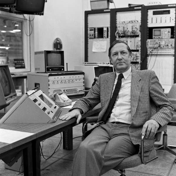 Simon van der Meer (1925-2011) dans la salle de contrôle du AA. © Cern Geneva