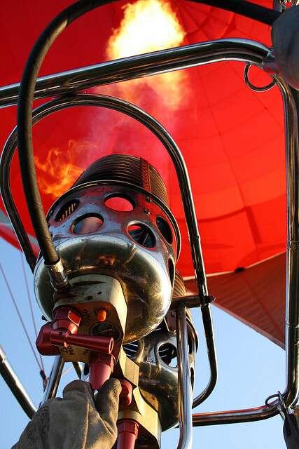Le brûleur d'une montgolfière maintient son enveloppe à température. © eko, CC BY-NC-SA 2.0, Flickr
