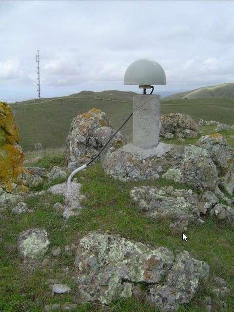 Exemple d'un capteur GPS géodésique utilisé par les réseaux de surveillance testés aux États-Unis. © University of California Berkeley Seismological Lab