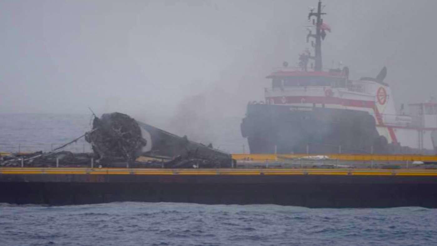 L'étage principal du Falcon 9 de SpaceX après son atterrissage sur la barge. L'engin a basculé puis explosé. © SpaceX