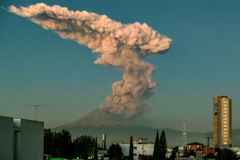 Le volcan Popocatepetl projetant des cendres et de la fumée à Puebla, dans le centre du Mexique, le 9 janvier 2020. © Carlos Sanchez, AFP