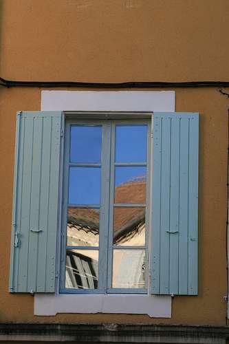 La fenêtre à l'anglaise comporte un ou deux battants verticaux s'ouvrant vers l'extérieur. © Jean-Louis Zimmermann, CC BY-SA 2.0, Flickr