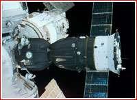 Un vaisseau Soyuz pris en photo depuis la navette spatiale américaine (ici arrimé à la station Mir).Crédit : NASA
