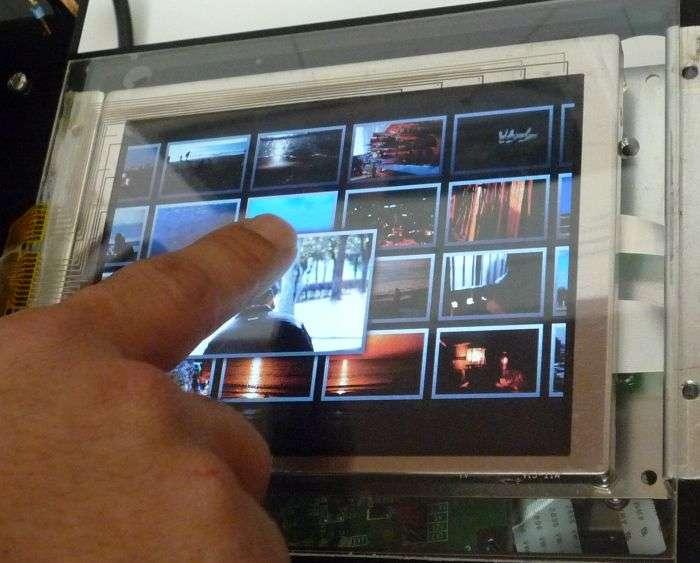 Une utilisation possible est l'agrandissement d'icônes ou d'images miniatures quand le doigt les survole. © Mitsubishi Electric Corp.