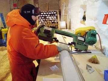 À Talos Dome en 2005-2006, Frédéric Parrenin coupe une carotte de glace avant de l'emballer. © LGGE (CNRS, UJF)