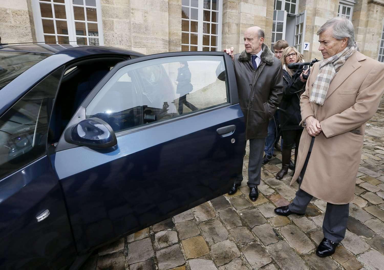 Alain Juppé, maire de Bordeaux, et Vincent Bolloré (de gauche à droite), devant une Bluecar électrique. L'industriel regarde déjà vers l'Asie pour y implanter son système d'autopartage en libre service. © Patrick Bernard, AFP Photo