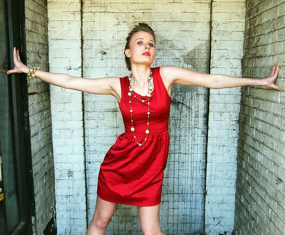 femme robe rouge signification