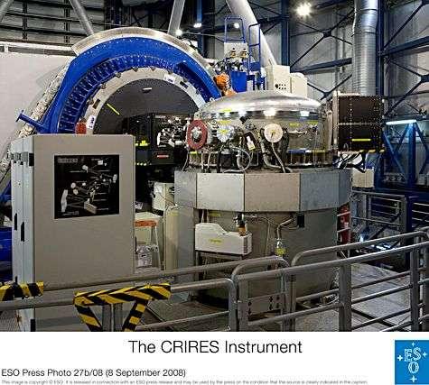 L'instrument Crires au foyer du VLT. Crédit : ESO