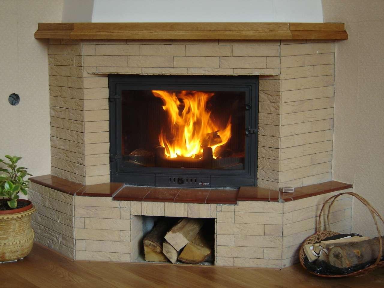 Encastré dans une cheminée traditionnelle, l'insert permet un meilleur rendement. © Tomasz Halszka, CC BY-SA 2.5, Wikimedia Commons