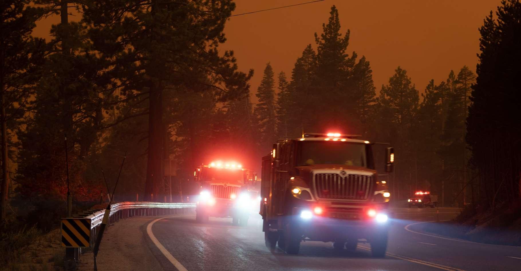 Les pompiers continuent de lutter contre le terrible Caldor Fire, l'un des nombreux feux de forêt qui ravagent la Californie. © kcapaldo, Adobe Stock