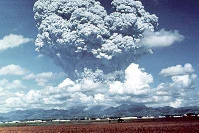 Le Pinatubo, aux Philippines, le 12 juin 1991, éjectant brutalement un énorme nuage de poussières et de gaz, trois jours avant une éruption plus importante encore. © US Geological Survey