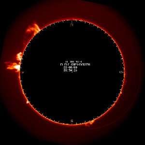 Dans la couronne solaire (couche la plus externe de l'atmosphère solaire, visible sur cette coronographie), le puissant champ magnétique est parcouru d'oscillations se déplaçant à grande vitesse. Ce sont les ondes d'Alfvén, qui conditionnent les flux d'énergie et de particules libérés par le Soleil. © Observatoire Midi-Pyrénées/Observatoire du pic du Midi
