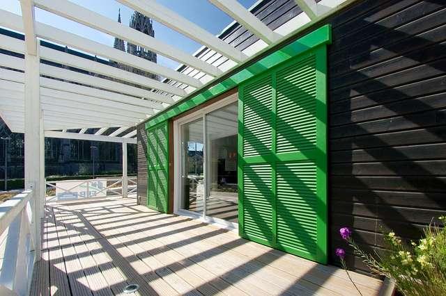 La terrasse est une levée de terre artificielle située à l'extérieur d'une construction. Elle peut ensuite être recouverte de carrelage, de bois... © zigazou76, Flickr CC by 2.0
