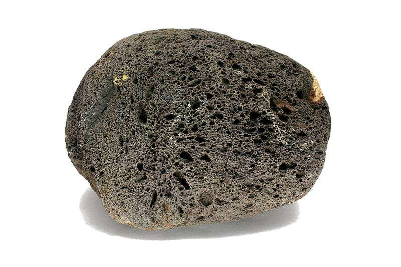 Les scories sont des roches volcaniques. Elles sont poreuses, mais leur densité reste supérieure à 1 : elles ne flottent donc pas dans l'eau. © Jonathan Zander, Wikimedia Commons, cc by sa 2.5