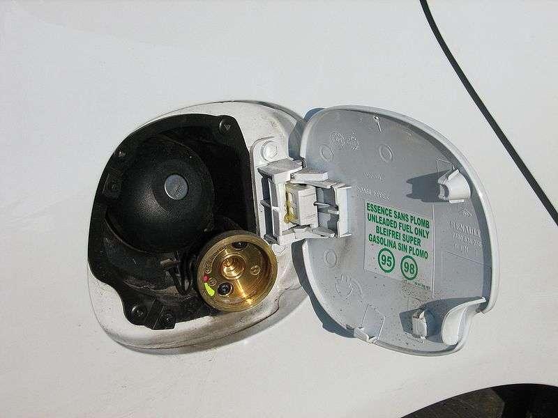 Bouchon de réservoir d'une voiture flex-fuel GPL/essence : l'accès aux deux réservoirs est visible, en haut pour l'essence et en bas pour le GPL. © Speculos, Wikimedia CC by-sa 3.0