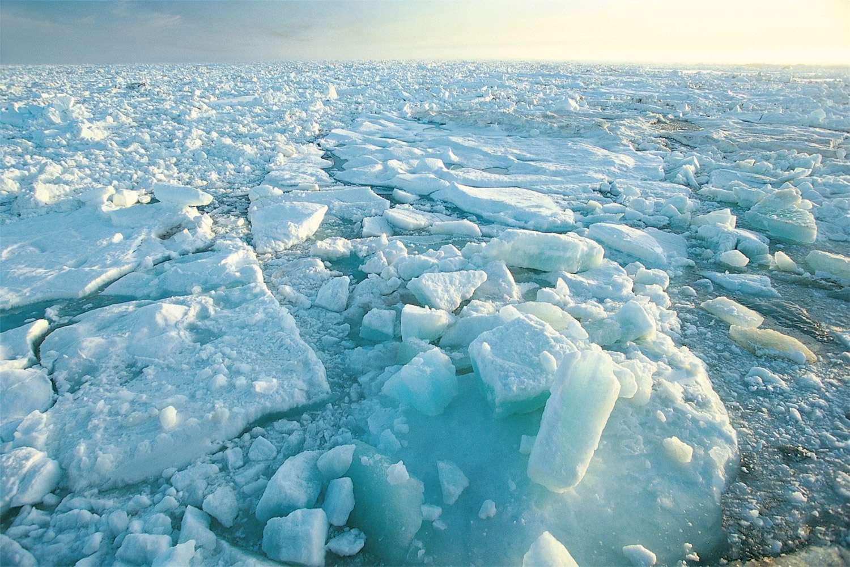 La répartition de la masse autour de l'axe de rotation de la Terre est modifiée par la fonte des glaces. La position des pôles géographiques en est affectée. Par exemple, le pôle Nord se dirige actuellement vers le Groenland. © Esa