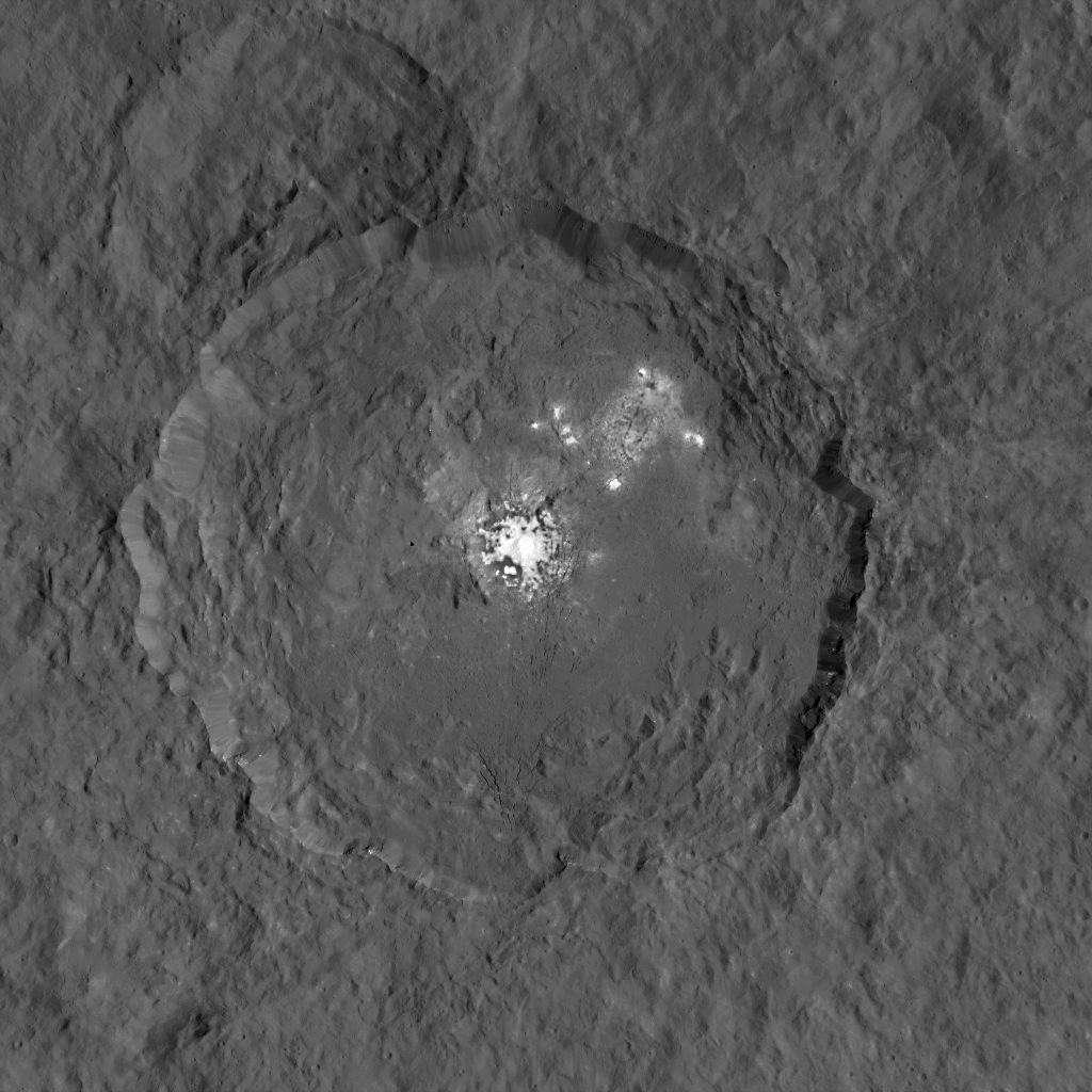 Le cratère Occator arbore le plus célèbre groupe de taches blanches de Cérès. Survolant depuis la mi-août la planète naine à une altitude de 1.470 km, la sonde Dawn vient de livrer la meilleure image de cette région. Par endroits, les pentes des remparts de ce cratère de 90 km de diamètre sont très abruptes. © Nasa, JPL-Caltech, UCLA, MPS, DLR, IDA