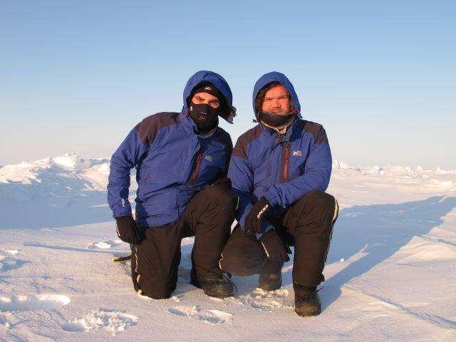 De gauche à droite, Julien Cabon et Alan Le Tressoler, sur la banquise, au pôle Nord géographique, le 5 avril 2012. En 1909, on y plantait un drapeau (américain). En 2012, on vient y travailler... © Pôle Nord 2012