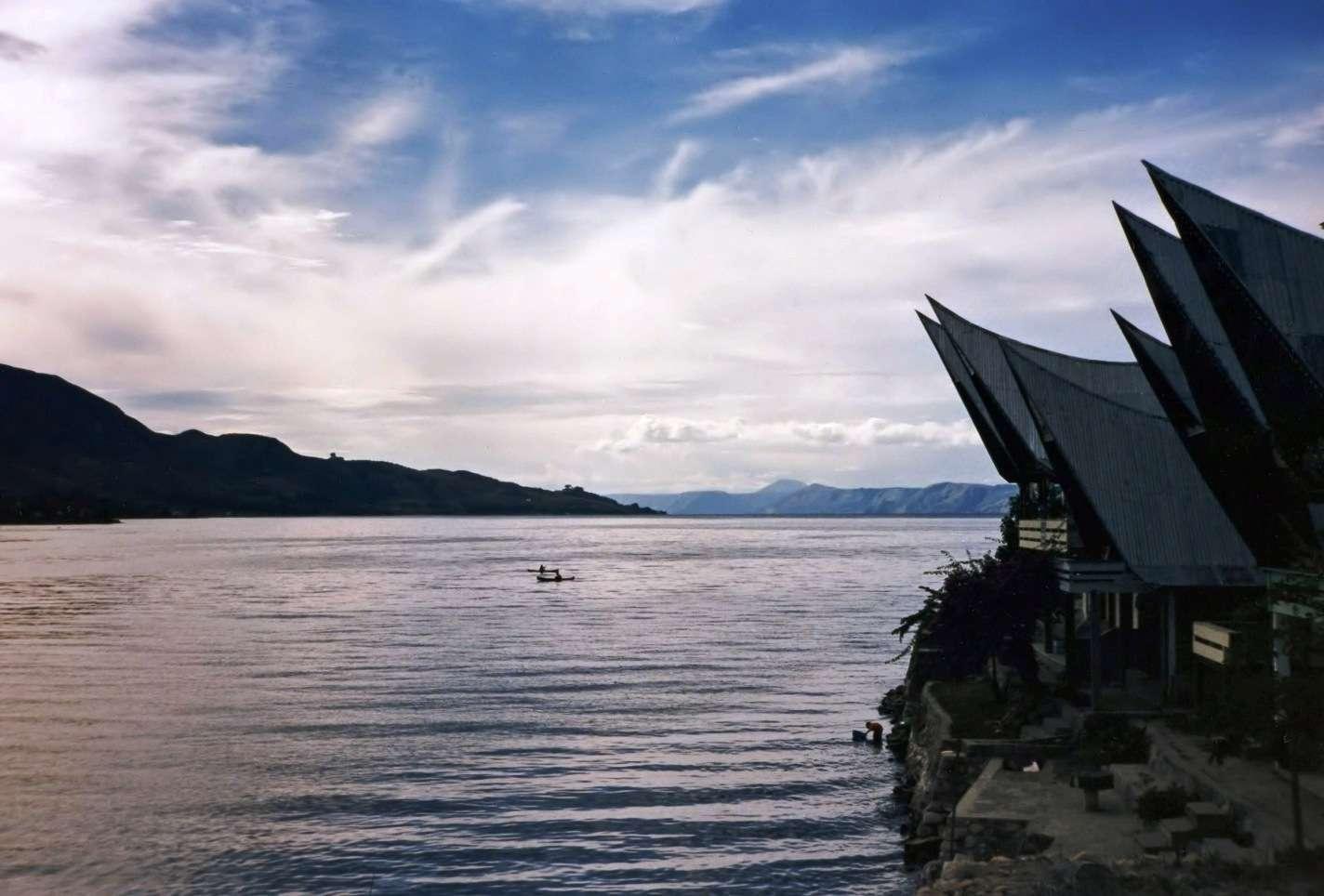 Le lac Toba et l'île de Samosir (Sumatra, Indonésie) forment une caldeira laissée par l'éruption volcanique d'un supervolcan. © Bernard Gagnon, Wikimedia Commons, CC by 3.0
