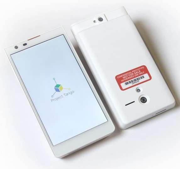 Le prototype de smartphone Android conçu par Google dans le cadre de son projet Tango embarque des capteurs et des caméras pour faire de la détection 3D en temps réel au fur et à mesure que le terminal filme son environnement. © Google