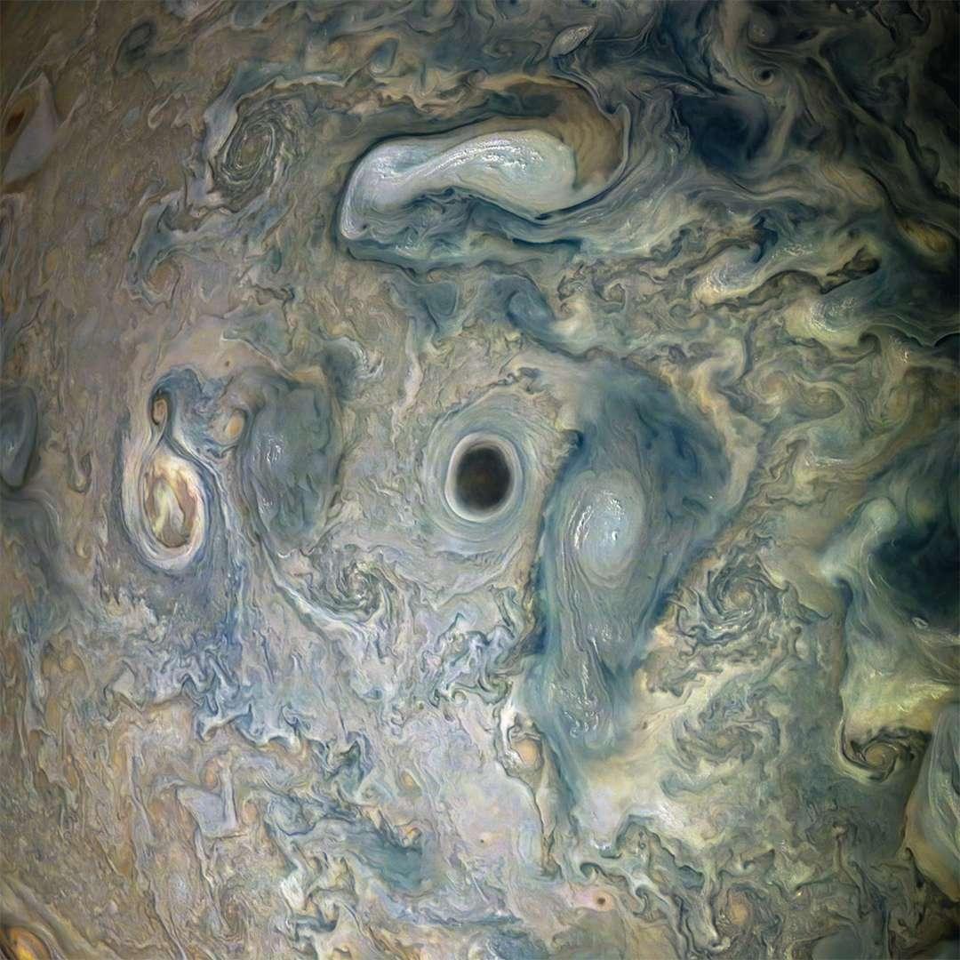Fusion de plus petits anticyclones capturés lors du périjove 20 de la sonde Juno. © Nasa, SwRI, MSSS, Gerald Eichstädt, Seán Doran