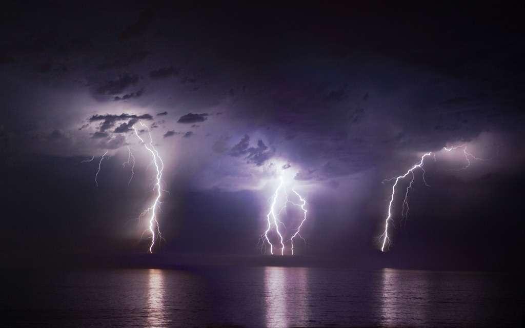 Image d'un orage avec des éclairs, que l'on peut trouver sur le site de la National Oceanic and Atmospheric Administration (NOAA). Ce phénomène garde encore probablement quelques surprises en réserve pour les géophysiciens. On se demande s'il n'est pas possible de le provoquer à la demande à l'occasion d'un orage avec des lasers ultracourts. © NOAA