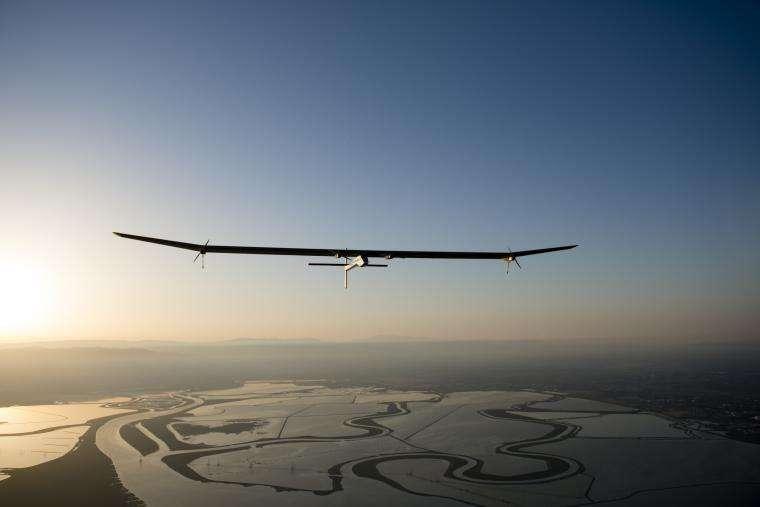 Le 3 mai 2013, l'avion solaire Solar Impulse a été photographié dans les airs tandis qu'il se rendait à Phoenix (Arizona). Durant ce vol, l'engin a atteint une altitude maximale de 6.400 m. © Solar Impulse, Merz, Rezo.ch