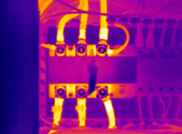 Un thermogramme d'un dispositif en surveillance industrielle. Pour les installations électriques, la thermographie infrarouge a pour but de prévenir les risques d'incendie, optimiser la maintenance préventive, détecter les échauffements et les dysfonctionnements lorsque l'installation est en charge. © CTI thermographie