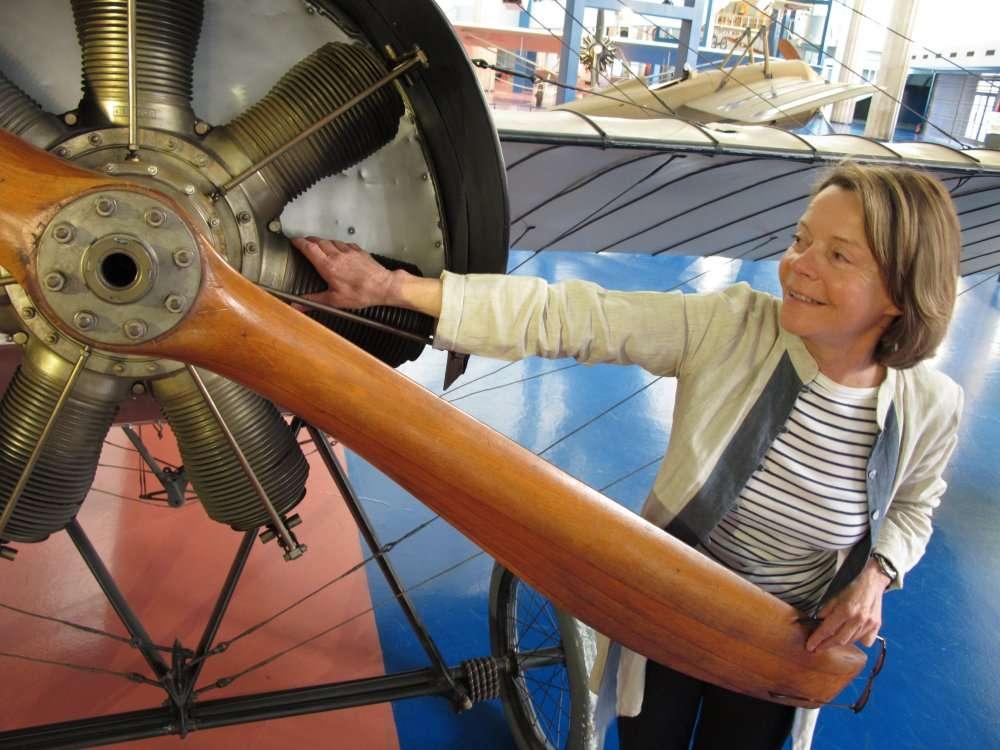 Catherine Maunoury aime les avions et veut les faire aimer. On la voit ici au Musée de l'air et de l'espace devant un Blériot XI à moteur Gnome. © Le Parisien/Eric Bureau