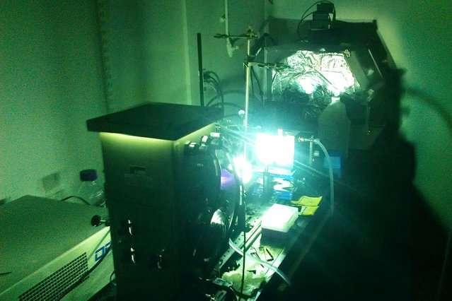 Cet arc lumineux imite la lumière du soleil afin de pousser des molécules dites photocommutatrices à changer de forme et à stocker de l'énergie, qu'elles pourront plus tard, et à la demande, restituer sous forme de chaleur. © MIT
