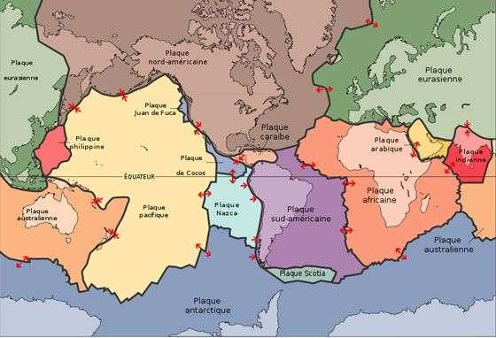 Les mouvements de 15 plaques lithosphériques majeures et 40 plaques mineures entrent en jeu dans la tectonique des plaques. À noter que la plaque indo-australienne se séparerait actuellement en deux, ce qui explique que les plaques indienne et australienne sont montrées séparément sur cette carte. © Adapté de l'USGS par BernardM, Wikimedia Commons, DP